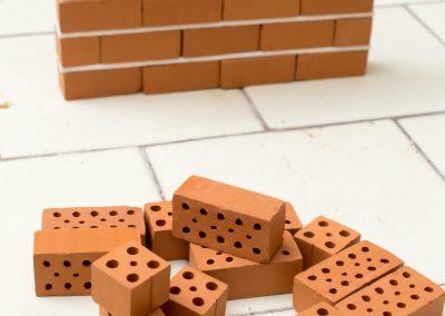 6.Mattoni forati in scala per realizzare modellini di muratura