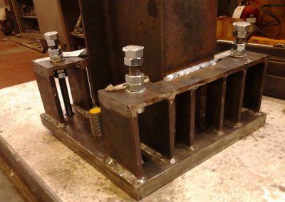 Connessione dissipativa acciaio-calcestruzzo utilizzante ancoranti post-inseriti in edifici sismo-resistenti
