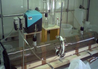 Prova di laboratorio in colonna per lo studio della biodegradazione di inquinanti organici recalcitranti in terreno saturo